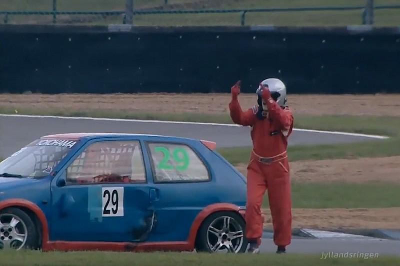 Самый злой гонщик на свете и нелепая авария: лучшее гоночное видео уик-энда