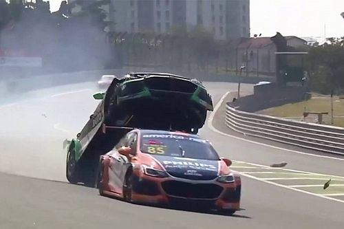 VIDEO: Stock Car-coureur wordt gelanceerd bij bizarre crash