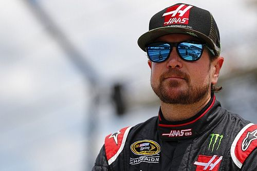 Ten cars pile up as Kurt Busch crashes out of the race lead