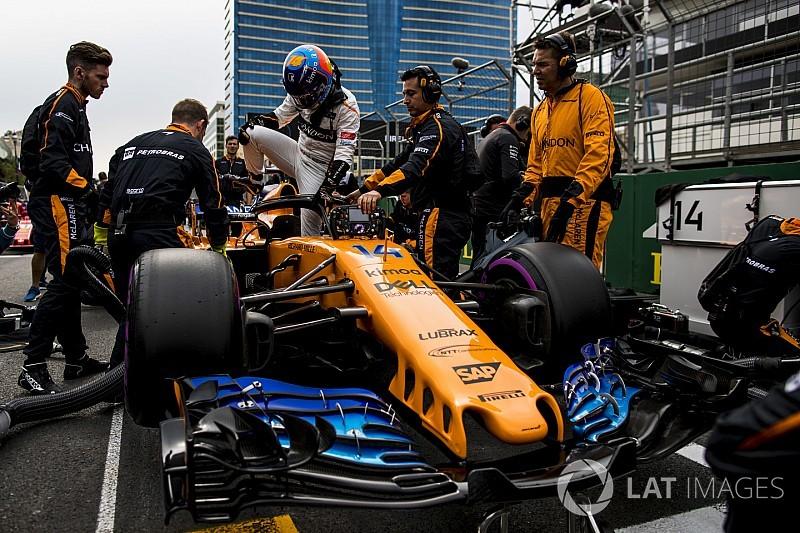 """Videón, ahogy Alonso a """"félholt"""" McLarennel visszatér a bokszba"""