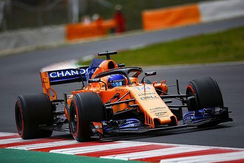 """Alonso bezoekt grindbak tijdens eerste testdag: """"Hebben het nieuws weer gehaald"""""""