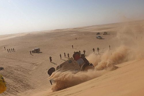 VIDEO: Alonso vuelca en la etapa 10 del Dakar