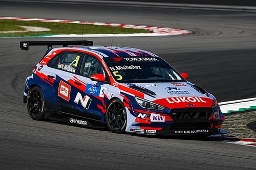 Михелис завоевал поул на старте первой гонки в Сепанге
