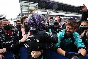 """Hamilton: """"Mercedes ile olduğum yerden ve yaptıklarımdan gurur duyuyorum"""""""