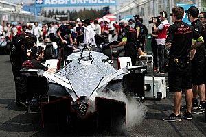 Видео: гонку Формулы Е в Риме остановили из-за завала и перекрывших трассу машин