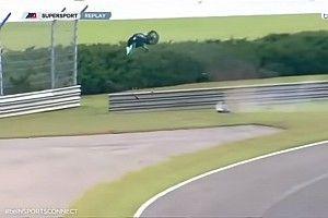 VÍDEO: Acidente brutal despedaça motos e fere pilotos nos EUA