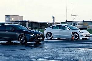 Tegyék meg tétjeiket: Mercedes AMG GT 63 S vs Tesla Model 3 Performance (videó)