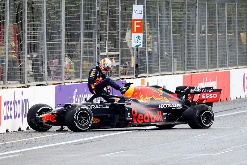 Хэмилтон не увидел вины Pirelli в бакинских авариях