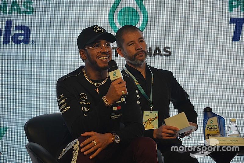 """Hamilton: Foco em recordes de Schumi pode me fazer """"tropeçar"""""""