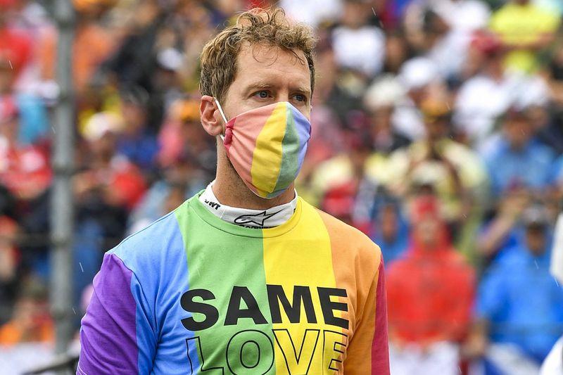 Vettel reprimanded for not removing T-shirt before national anthem