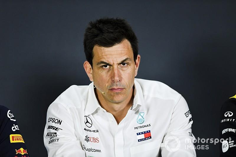 A Mercedes csapatfőnöke védelmébe vette a Pirellit