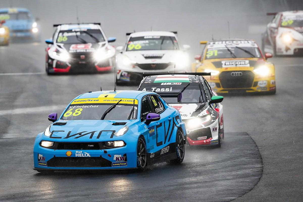 Стертые шины и вредный напарник: подсыхающая трасса превратила гонку WTCR в чехарду