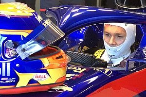 Albon guia carro de F1 pela primeira vez