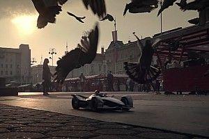 EPIC utcai harc egy távirányítós Formula E autóval: videó