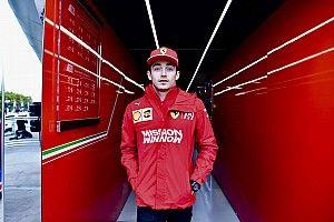 Nem várt tényező miatt csúszik Leclerc tesztje a 18 colos kerekekkel