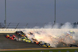 В главной гонке NASCAR произошел массовый завал с участием 21 машины: фото и видео