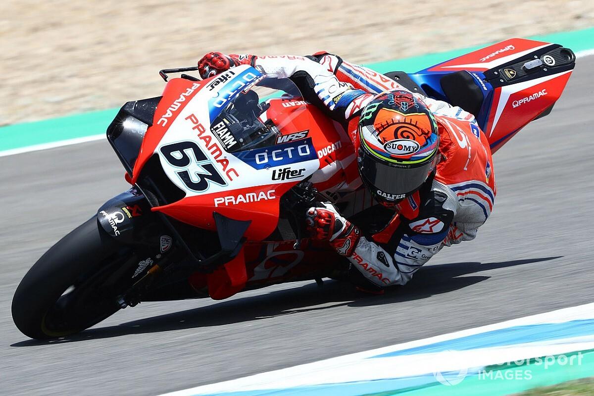 Опасные падения в MotoGP продолжаются. Гонщик на Ducati повредил колено