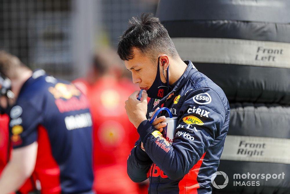 Ralf Schumacher insinua que Albon segue na Red Bull por 'política'