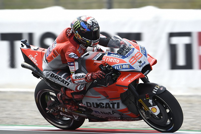 Lorenzo piega Marquez e si prende la prima pole con la Ducati a Barcellona