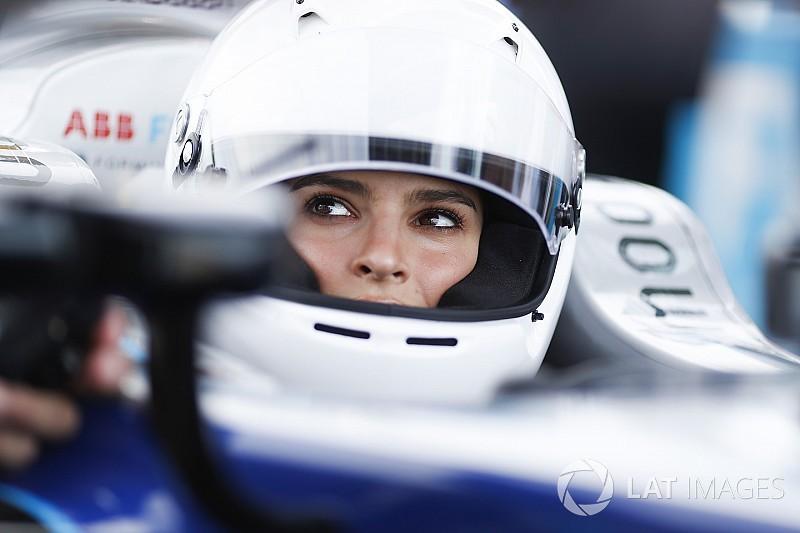 Fotogallery: la splendida Emily Ratajkowski guida una Formula E a Berlino