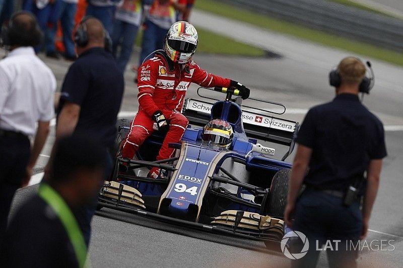 """Vettel geeft Stroll schuld van crash na finish: """"Hij keek niet in zijn spiegels"""""""