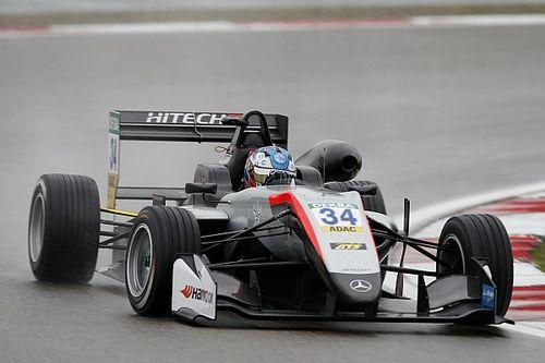 Hughes en Ilott grijpen pole op natte Nürburgring
