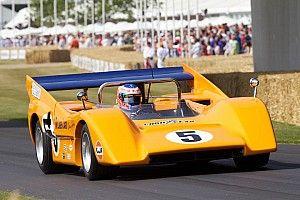 Lando Norris nem szívbajos: vizes aszfalton nyomta egy 1970-es McLaren M8D-vel