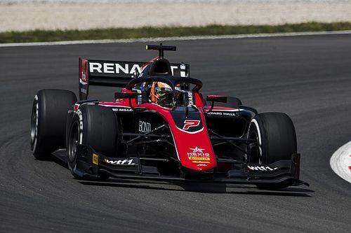 F2 Spanje: Aitken overtuigend naar winst in sprintrace