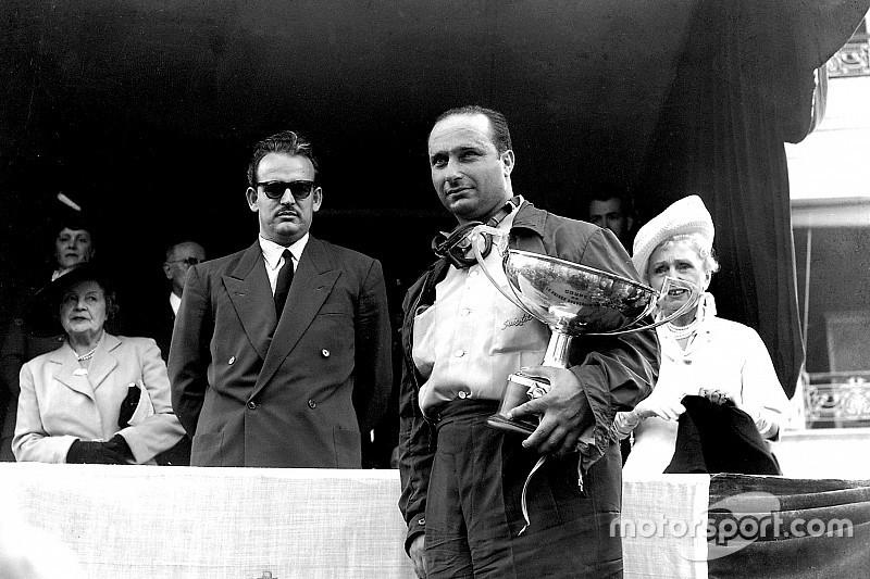 Хэмилтону подарили трофей Хуана-Мануэля Фанхио