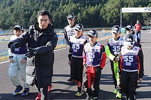 ここからは戦いだ……佐藤琢磨指導。トップ10の小学生がレーシングカート初走行