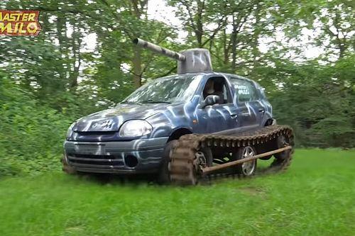 Une Renault Clio transformée en char d'assaut