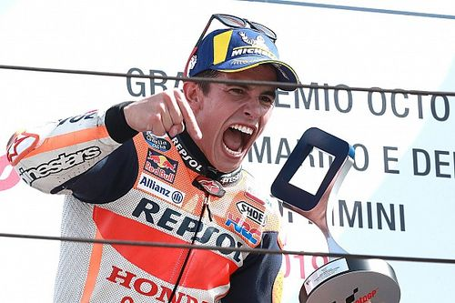 Márquez le gana a Quartararo en la última vuelta