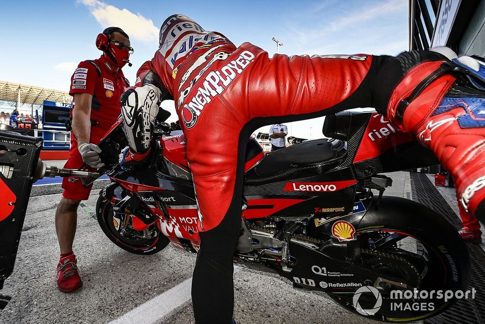 Лидер MotoGP выступает с надписью «Безработный» на комбинезоне