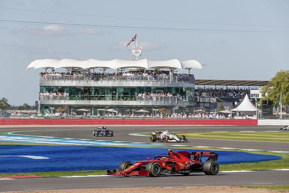 """F1: Sainz diz que toque com Russell foi """"erro óbvio"""" do britânico"""