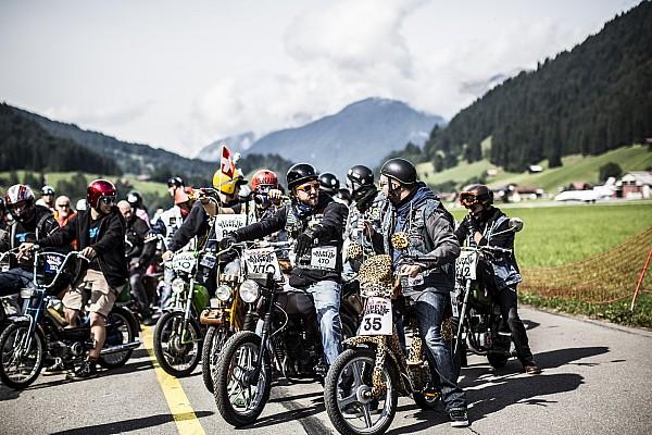 Mille motocyclistes au start de la Red Bull Alpenbrevet 2017