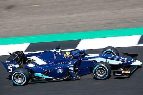 فورمولا 2: ألبون يفوز بسباق سيلفرستون الأوّل مستفيدًا من مشاكل وعقوبة راسل