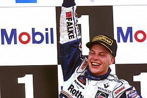 22 éve, hogy Villeneuve F1-es bajnok lett: Schumachert kizárták a bajnokságból
