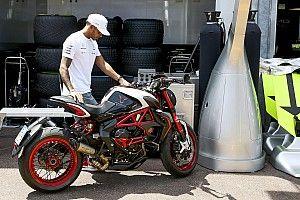 Hamilton szakértő segítséggel készül a valenciai MotoGP-tesztre