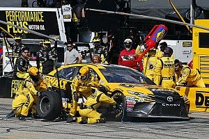 Two-tire call upends Matt Kenseth's chance at victory at NHMS