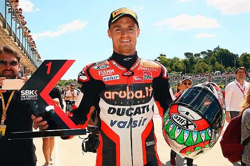 Davies gana en Imola una carrera acortada por un accidente de Laverty