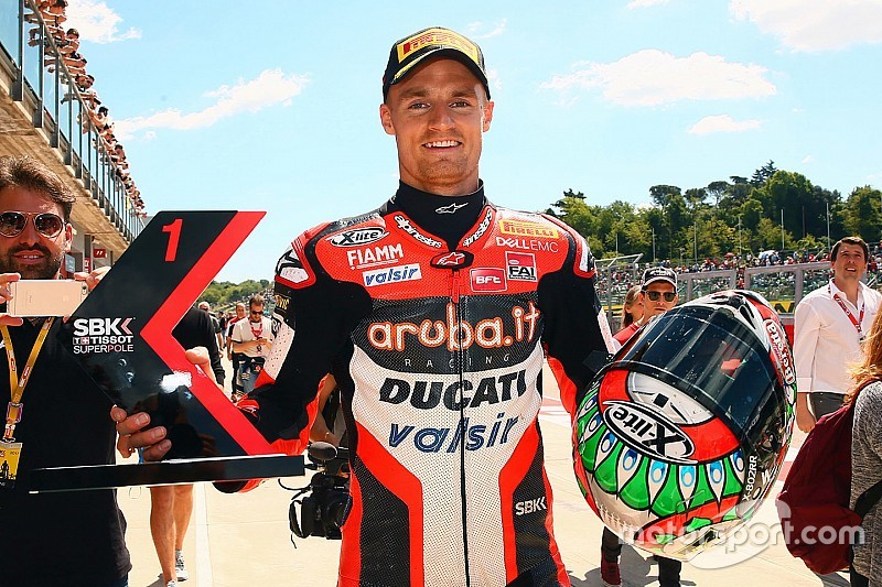 Davies gana en Imola una carrera acortada por un accidente de Laverty