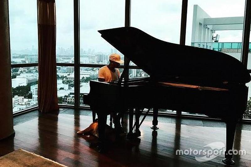 """Відео: Хемілтон навчився грати на фортепіано """"Богемну рапсодію"""" гурту Queen"""