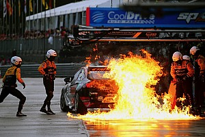 Видео: заправочный шланг чуть не спалил гоночную машину на пит-лейне в серии Supercars