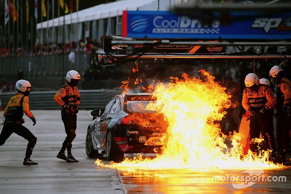 Team to investigate cause of Supercars pitlane fire