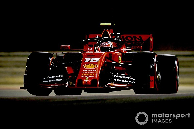 Leclerc pakt eerste pole in Bahrein, Verstappen vijfde