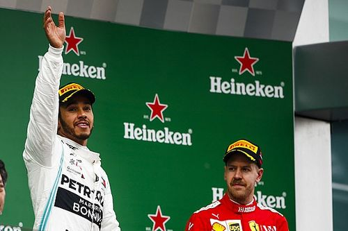 «Ferrari не может реализовать свой потенциал». Хэмилтон нашел причину неудач конкурентов