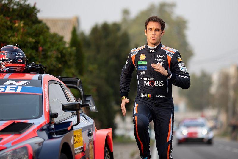 Победитель Ралли Испания завел горящую машину с толкача