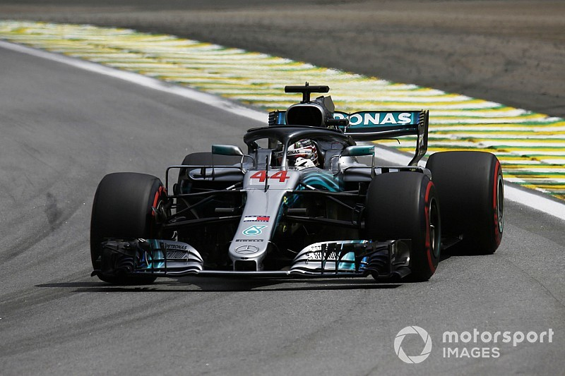 Hamilton pakt pole in regenachtige kwalificatie, vijfde startplek Verstappen