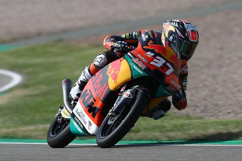 Moto3, Germania: Acosta trionfa in una folle gara