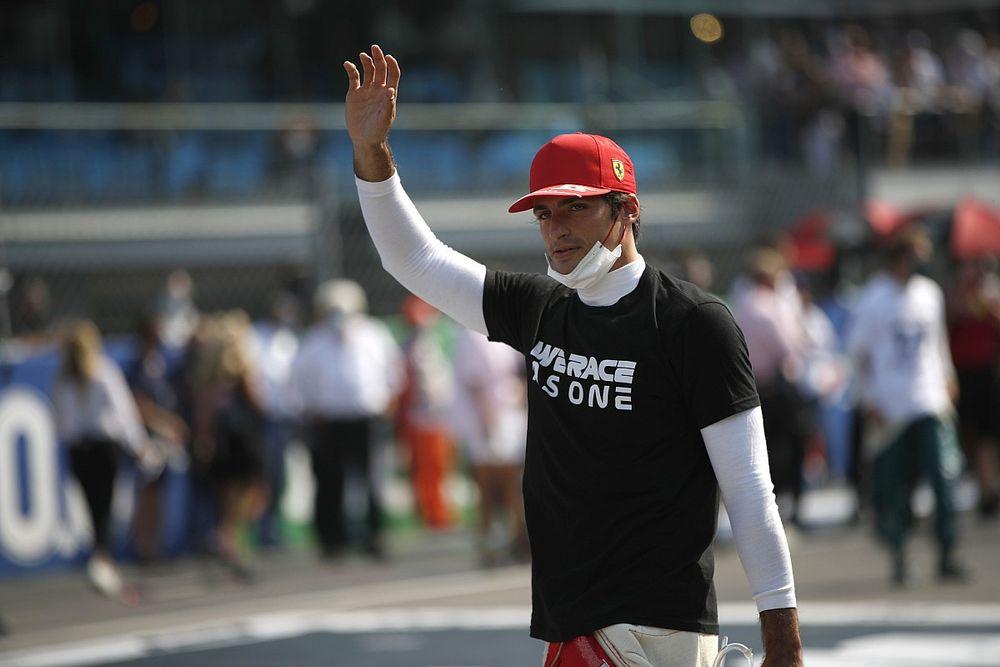 Sainz igyekszik lemásolni Leclerc stílusának egy részét az SF21-esben